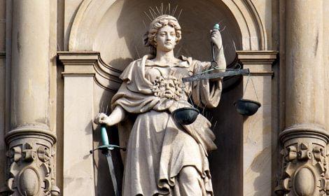 Vrouwe justitia aan zijkant rechtsgebouw